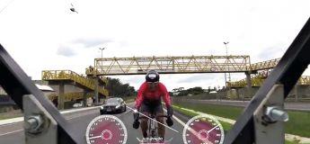 Un cycliste bat le record de vitesse en pédalant sur une autoroute