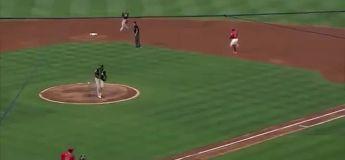 Baseball : Ramon Laureano renvoie la balle à près de 100 mètres à son partenaire