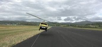 Il essaye de faire voler une voiture équipée d'une hélice d'hélicoptère