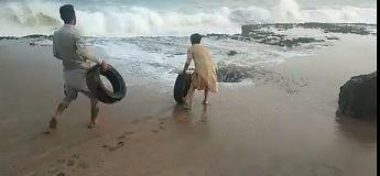 Ils transforment ce «geyser» en catapulte à pneus