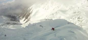Un homme frôle la mort et manque de finir enterré vivant sous une avalanche en skiant