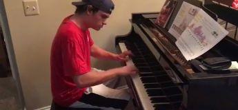 Un livreur de pizza s'invite au piano et surprend la famille