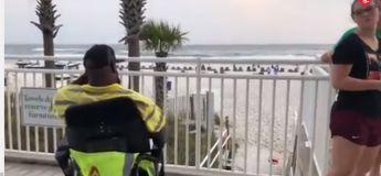 Un homme en fauteuil roulant découvre la plage pour la première et sa vidéo fait le buzz