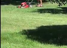 Pousser une tondeuse avec un hoverboard, le comble de la fainéantise !