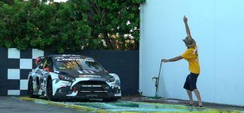 Une voiture de rallycross tente de démarrer sur un sol savonneux