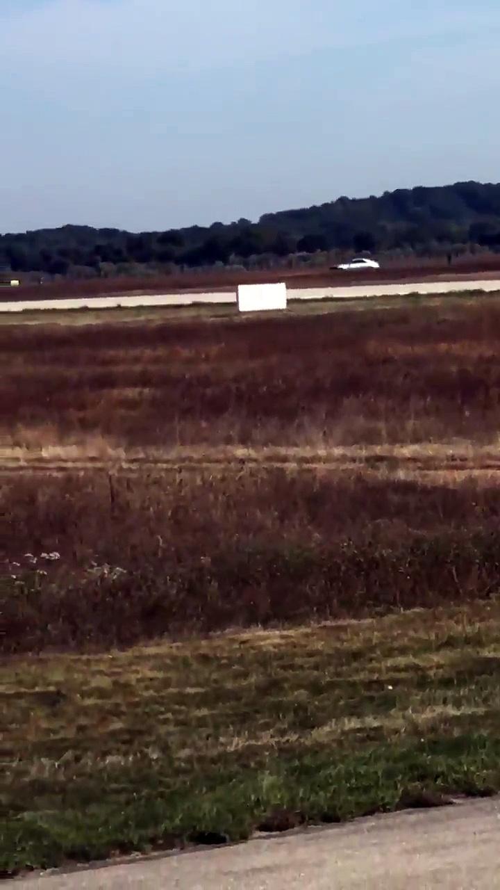 course poursuite sur une piste d 39 atterrissage de l 39 a roport de lyon saint exup ry. Black Bedroom Furniture Sets. Home Design Ideas