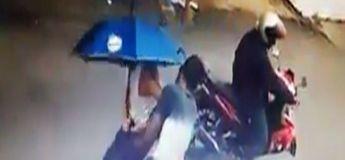 Deux hommes sans cœur volent un vieil homme qui luttait pour marcher