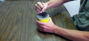 En cas de fin du monde, voici comment ouvrir une boite de conserve avec une cuillère