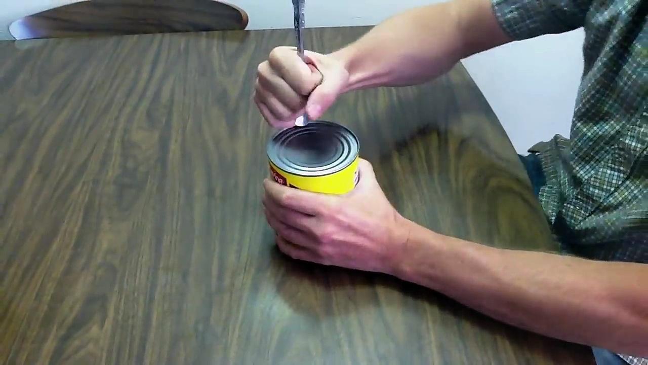 en cas de fin du monde voici comment ouvrir une boite de conserve avec une cuill re. Black Bedroom Furniture Sets. Home Design Ideas