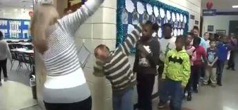 Une enseignante accueille chacun de ses élèves d'une manière différente et spéciale