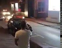 Il descend des escaliers en Peugeot 205 pour éviter de se faire arrêter par la police