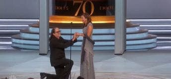 Il reçoit un Emmy pour la meilleure mise en scène et demande sa compagne en mariage