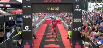 Ironman – Pour célébrer sa course, il saute sur la ligne d'arrivée et se détruit la cheville