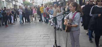 La jeune Allie Sherlock reprend une chanson d'Adèle magnifiquement dans la rue