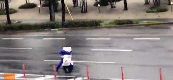 Le livreur de pizza super courageux qui doit bosser durant le typhon Jebi