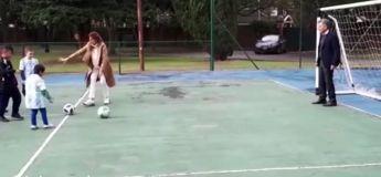 Le président de l'Argentine joue le gardien de but et stoppe un ballon avec… ses bijoux de famille