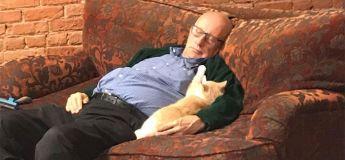 Un homme fait bénévolement de la sieste avec les chats, des volontaires ?