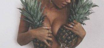 La nouvelle tendance photo de l'été, les seins nus avec des ananas