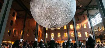 L'énorme lune géante d'un artiste fait le tour du monde