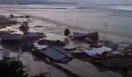 Tsunami en Indonésie : la vidéo de la vague qui a déferlé sur la côte
