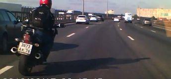 Un automobiliste sauve la vie de ce motard e coupant la route d'autres véhicules