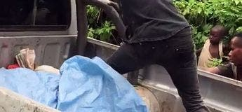 Un pickup coincé dans la boue, cette personne a une drôle de technique pour pousser le véhicule