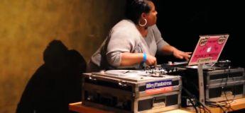 Une DJ scratche ses platines avec ses boobs