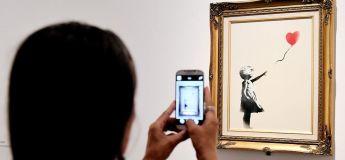 Une oeuvre de Banksy adjugée à 1,2 millions d'euros s'autodétruit en pleine vente aux enchères