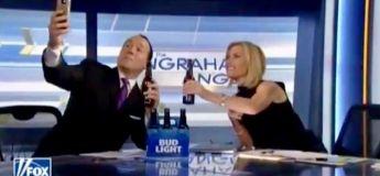 Un chroniqueur de Fox News tombe de sa chaise en tentant de prendre un selfie