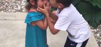 Ce garçon trop mignon qui aide et réconforte sa soeur au basket, la plus belle vidéo de 2018