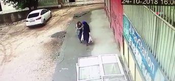 Deux femmes plaisantent dans la rue et se font aspirer dans un énorme trou