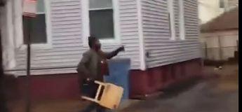 Il met KO son voisin avec sa table pliante