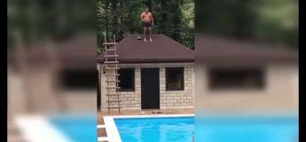 J'ai beau être matinal j'ai mal : saoul, il se rate complètement en plongeant du toit dans la piscine