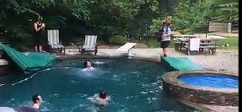 Trevor Jacob descend la rampe du toit et saute du 3e étage dans la piscine de Travis Pastrana