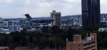 Un bombardier australien vole trop près des immeubles et affole la population