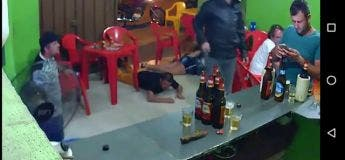Un brésilien scotché sur son portable ne voit même pas le braquage qui se déroule juste derrière lui