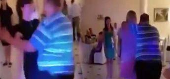 Un gars se laisse emporter dans la danse en se trompant de partenaire