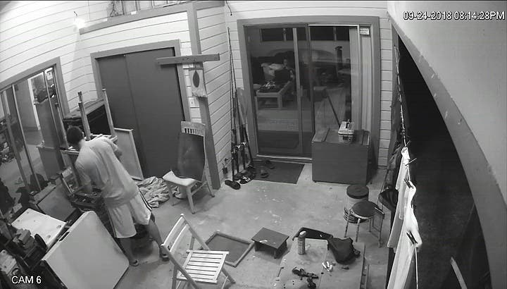 un homme essaie de tuer un papillon avec son tournevis. Black Bedroom Furniture Sets. Home Design Ideas