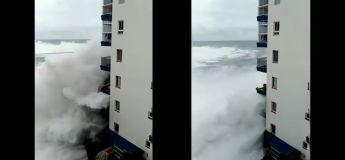 Une énorme vague détruit les balcons d'un immeuble en Espagne