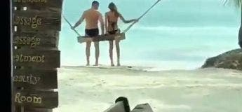 Ce couple tente de faire la balançoire sur cette plage déserte
