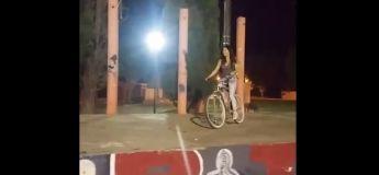 Faceplant : elle tente un saut en vélo et se fracasse la tête la première sur le bitume