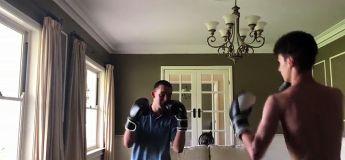 Ils boxent dans le salon et l'un d'entre eux va frapper au mauvais moment