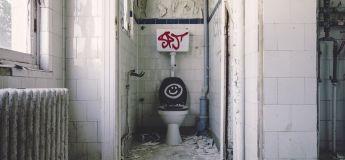Le rectum de cet homme est tombé après avoir resté assis longtemps sur les toilettes