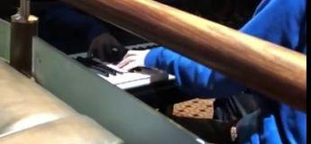 Un gamin joue du Bohemian Rhapsody dans le cinéma après la projection du film