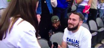 Vous en avez marre des demandes en mariage ? Regardez la réaction de cet homme !