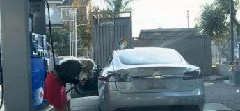 Cette femme tente de recharger sa Tesla avec de l'essence et s'y perd complètement