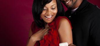 Il demande sa petite amie en mariage avec six bagues de fiançailles pour qu'elle puisse choisir celle qu'elle préfère