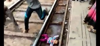 Ce bébé coincé sous le train lors de son passage échappe la mort miraculeusement