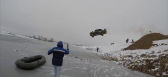 Cet homme fou dans une vieille Lada en feu réalise un saut de dingue dans un lac gelé