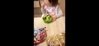 Cette petite fille se distingue des autres par son dégoût aux sucreries